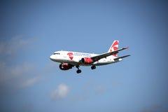 Flugzeug im bewölkten Himmel Stockbilder