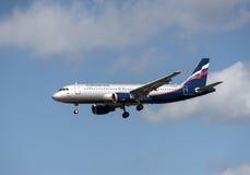 Flugzeug a320 im bewölkten Himmel Lizenzfreie Stockfotos
