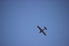 Flugzeug im ble Himmel Lizenzfreies Stockfoto