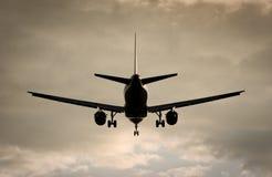 Flugzeug im drastischen Abendhimmel Lizenzfreie Stockfotografie