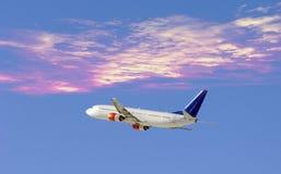 Flugzeug im drastischen Himmel Lizenzfreies Stockfoto