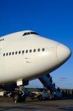 Flugzeug im Flughafen stockfotografie