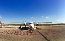Flugzeug im Flughafen Stockfotos