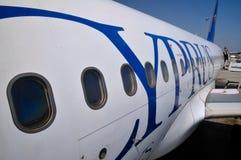 Flugzeug im Flughafen von Larnaka-Zypern Lizenzfreie Stockbilder