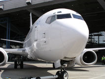 Flugzeug im Hangar Stockbilder