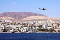 Flugzeug im Himmel über Eilat Stockfotografie