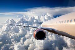 Flugzeug im Himmel Stockfotos