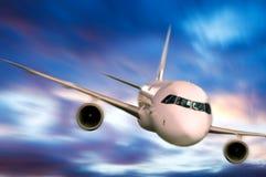 Flugzeug im Himmel Stockbild