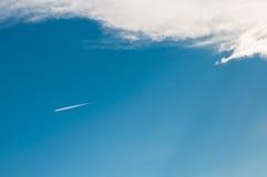 Flugzeug im Himmel, der eine lange Spur hinterlässt Stockbild