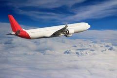 Flugzeug im Himmelflugreisetransport-Flugzeughintergrund Lizenzfreie Stockfotos