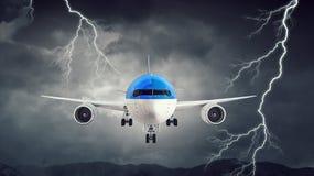 Flugzeug im nächtlichen Himmel Gemischte Medien Lizenzfreie Stockbilder