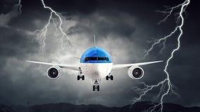Flugzeug im nächtlichen Himmel Gemischte Medien Lizenzfreie Stockfotografie