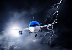 Flugzeug im nächtlichen Himmel Gemischte Medien Gemischte Medien Stockfoto
