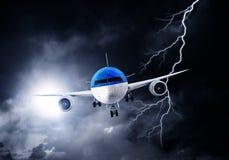 Flugzeug im nächtlichen Himmel Gemischte Medien Gemischte Medien Lizenzfreie Stockfotografie