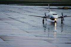 Flugzeug im Regen Stockbilder