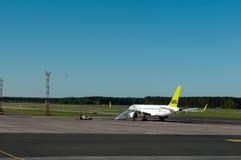 Flugzeug im Riga-internationalen Flughafen Stockfotos