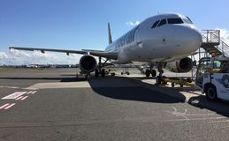 Flugzeug im Schutzblech Lizenzfreie Stockfotos