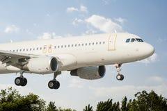Flugzeug ist bereit zu landen Lizenzfreies Stockfoto