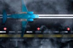Flugzeug ist, entfernend landend oder am Nachtwolken- oder -nebelflughafen Draufsicht über Rollbahn mit Streifen, Flugzeug, Parke lizenzfreies stockbild