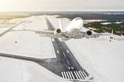 Flugzeug ist hohe Ansicht der Aufstiegsflugfläche in die Luft, vor dem hintergrund des Winterflughafens der Rollbahn, Stadt, Schn lizenzfreies stockfoto