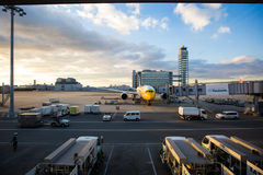 Flugzeug an Kansai-Flughafen Stockfotografie