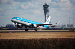 Flugzeug KLM-Embraer startet Lizenzfreie Stockfotos