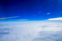 Flugzeug, Kugel - Navigationsausrüstung, Planeten-Erde, Cityscap lizenzfreie stockfotos