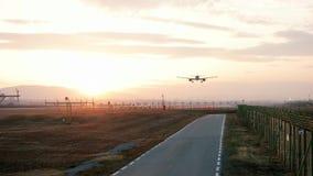 Flugzeug landet am Flughafen, Flugzeug bei Sonnenuntergang, die Flugzeugfliegen, die sich niedrig für die Landung am Flughafen vo stock video