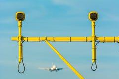 Flugzeug landet hinter den Rollbahnlichtern Lizenzfreie Stockfotografie