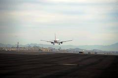 Flugzeug-Landung am Himmel-Hafen-Flughafen Lizenzfreie Stockfotos