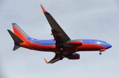 Flugzeug-Landung am Himmel-Hafen-Flughafen in ihr ist Endanflug Stockfoto