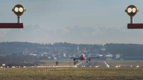 Flugzeug-Landung an Zürich-Flughafen tagsüber stock video footage