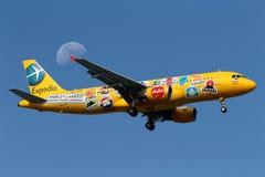 Flugzeug ` Luft Aisa Malaysia Airbus A320 der Expedia-` Special-Livree stockfoto