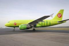 Flugzeug macht das Mit einem Taxi fahren auf internationalem Flughafen Rollbahn Domodedovo Lizenzfreies Stockbild
