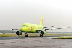 Flugzeug macht das Mit einem Taxi fahren auf internationalem Flughafen Rollbahn Domodedovo Lizenzfreies Stockfoto