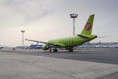 Flugzeug macht das Mit einem Taxi fahren auf internationalem Flughafen Rollbahn Domodedovo Stockbilder