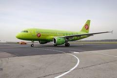 Flugzeug macht das Mit einem Taxi fahren auf internationalem Flughafen Rollbahn Domodedovo Lizenzfreie Stockfotos