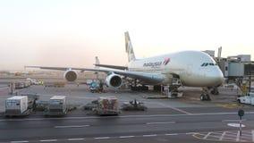 Flugzeug Malaysia Airliness A380, das am Flughafen instand gehalten wird Begriffsleitartikel Lizenzfreies Stockfoto
