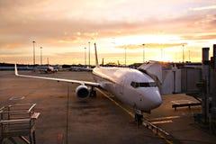 Flugzeug am Melbourne-Flughafen-Terminal lizenzfreie stockbilder