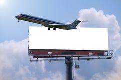 Flugzeug mit Anschlagtafelreisenkonzept Lizenzfreie Stockfotografie