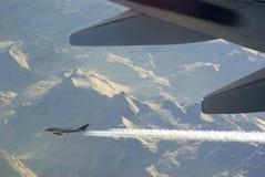 Flugzeug mit Contrail Stockbild