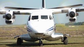 Flugzeug mit dem Verdrehen von Schrauben stock video