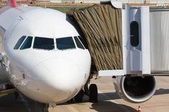 Flugzeug mit der Brücke angebracht lizenzfreie stockbilder