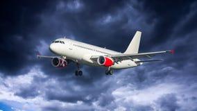 Flugzeug mit drastischem Himmel lizenzfreies stockfoto
