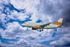 Flugzeug mit drastischem Himmel lizenzfreie stockfotografie