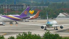 Flugzeug mit einem Taxi fahrendes Boeing 767 stock footage