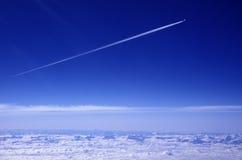 Flugzeug mit Kondensationspur Stockbild