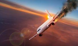 Flugzeug mit Maschine auf Feuer, Konzept des Luftunfalles lizenzfreie stockfotografie