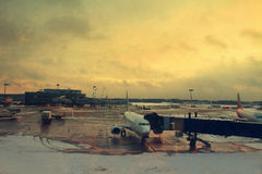 Flugzeug nahe dem Terminal in einem Flughafen Stockbild