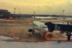 Flugzeug nahe dem Terminal in einem Flughafen Stockbilder